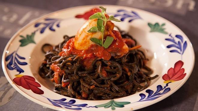 Spaghetti al nero e calamari